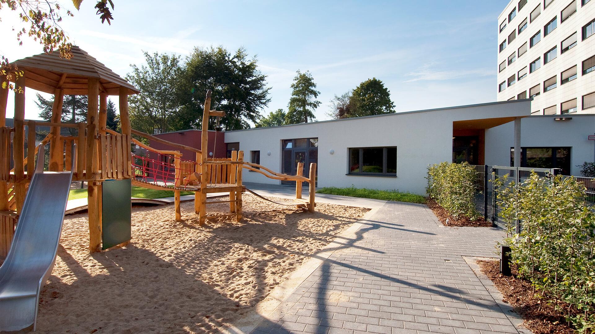 Spielplatz mit Sandkasten und Rutsche