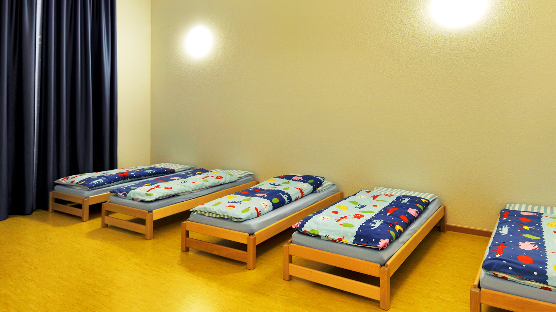Ruhebereich mit bodennahen Kinderbetten