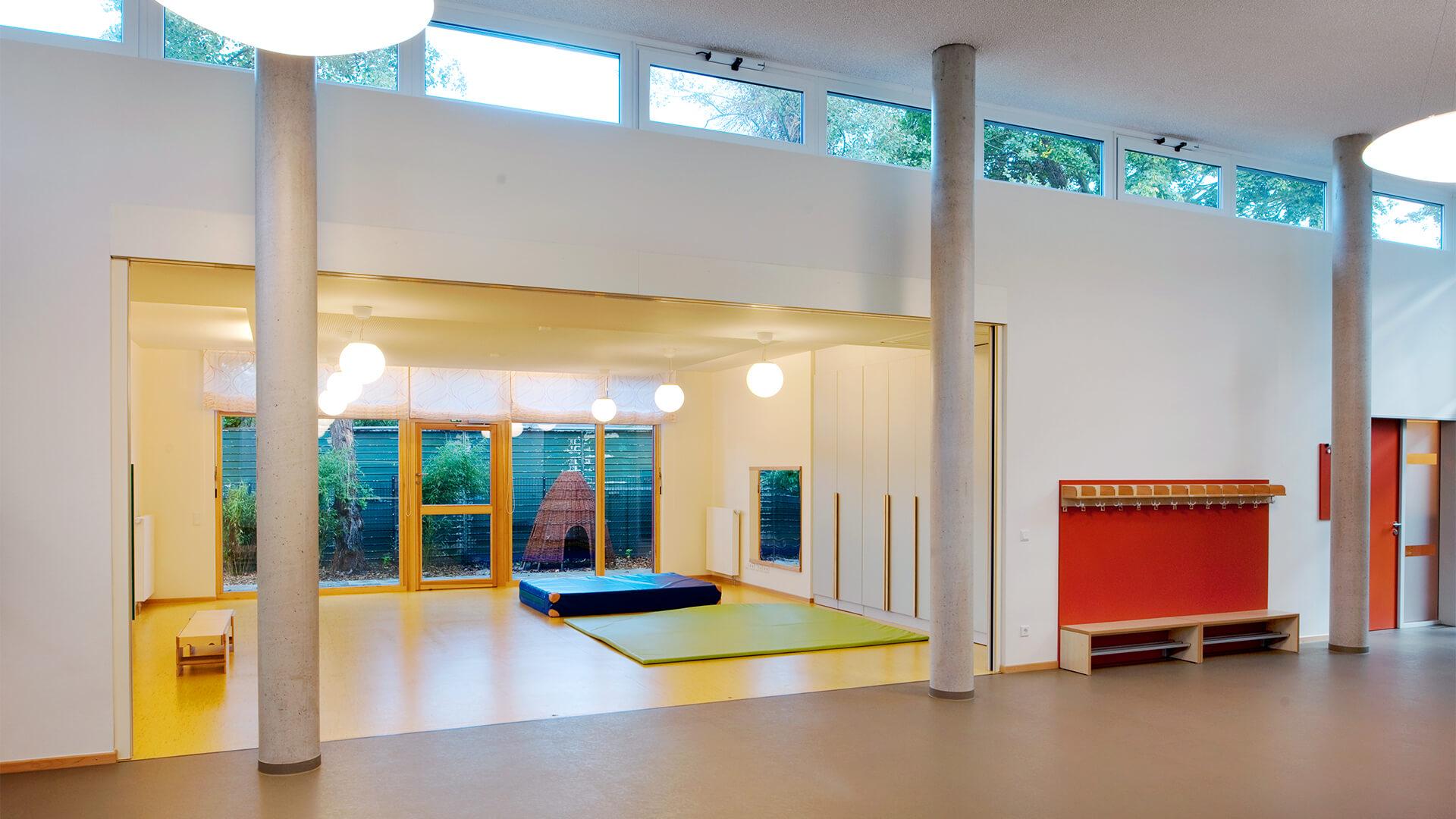 Blick auf die offene Sporthalle / Turnhalle mit dicken Bodenmatten