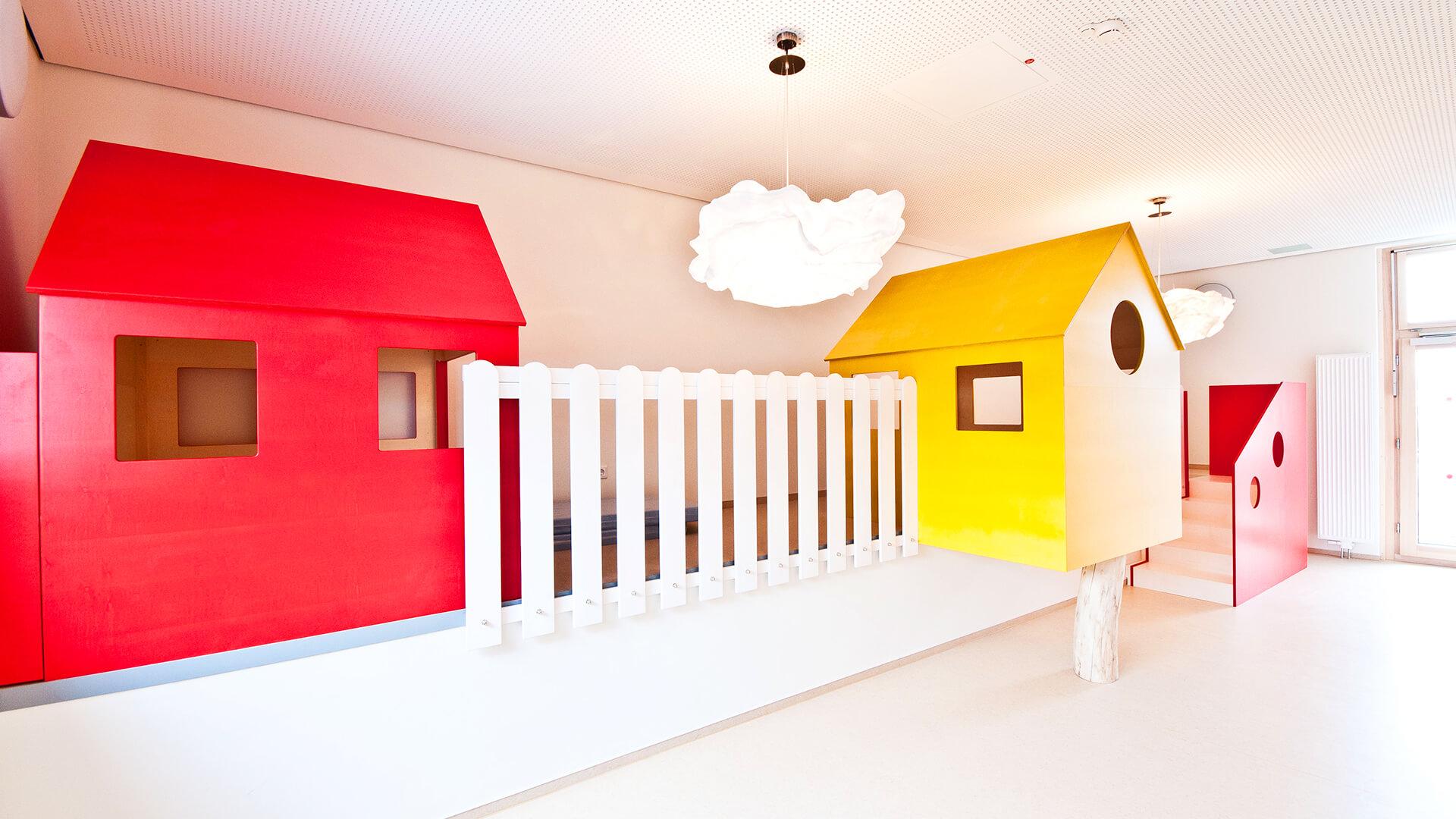 Die Kita hat sogar Tunnels und Kletter-Ecken in Innenräumen - und Wolken als Lampen!