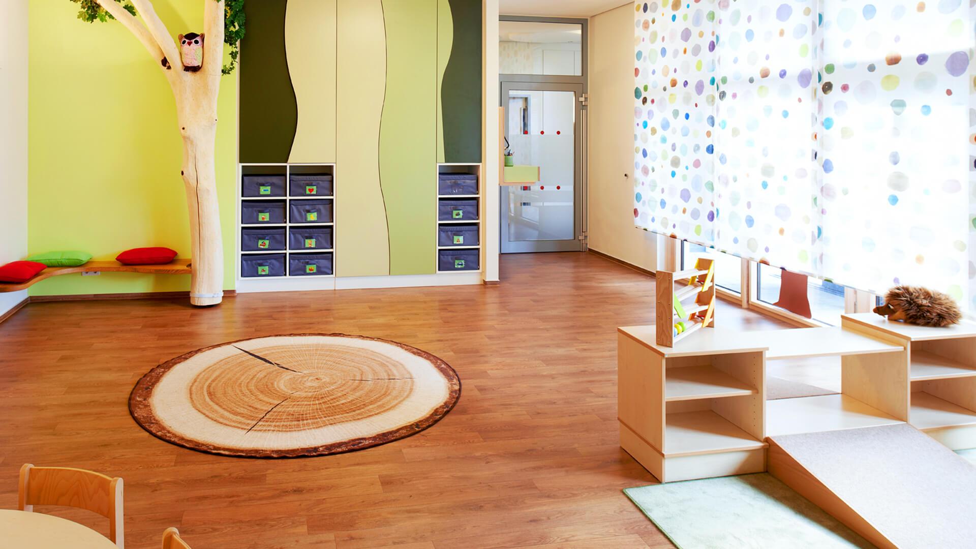 An unserem Standort in Düsseldorf Heerdt wird es durch echte Baumstämme und viel natürliches Holz richtig gemütlich