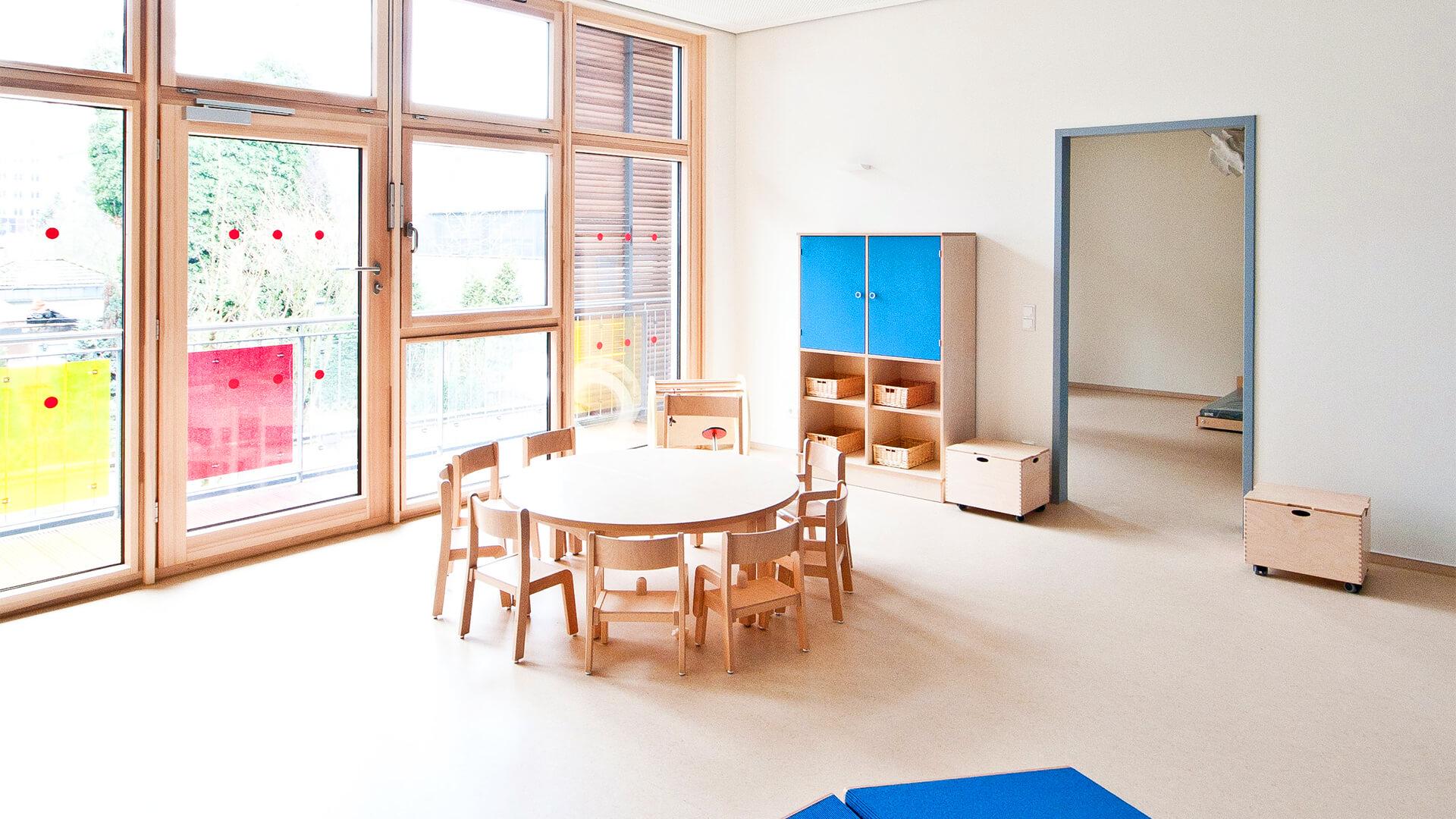 Große Fenster lassen die Sonne herein, die Räume bieten drinnen viel Platz für Freiraum und zur kreativen Entfaltung der Kinder