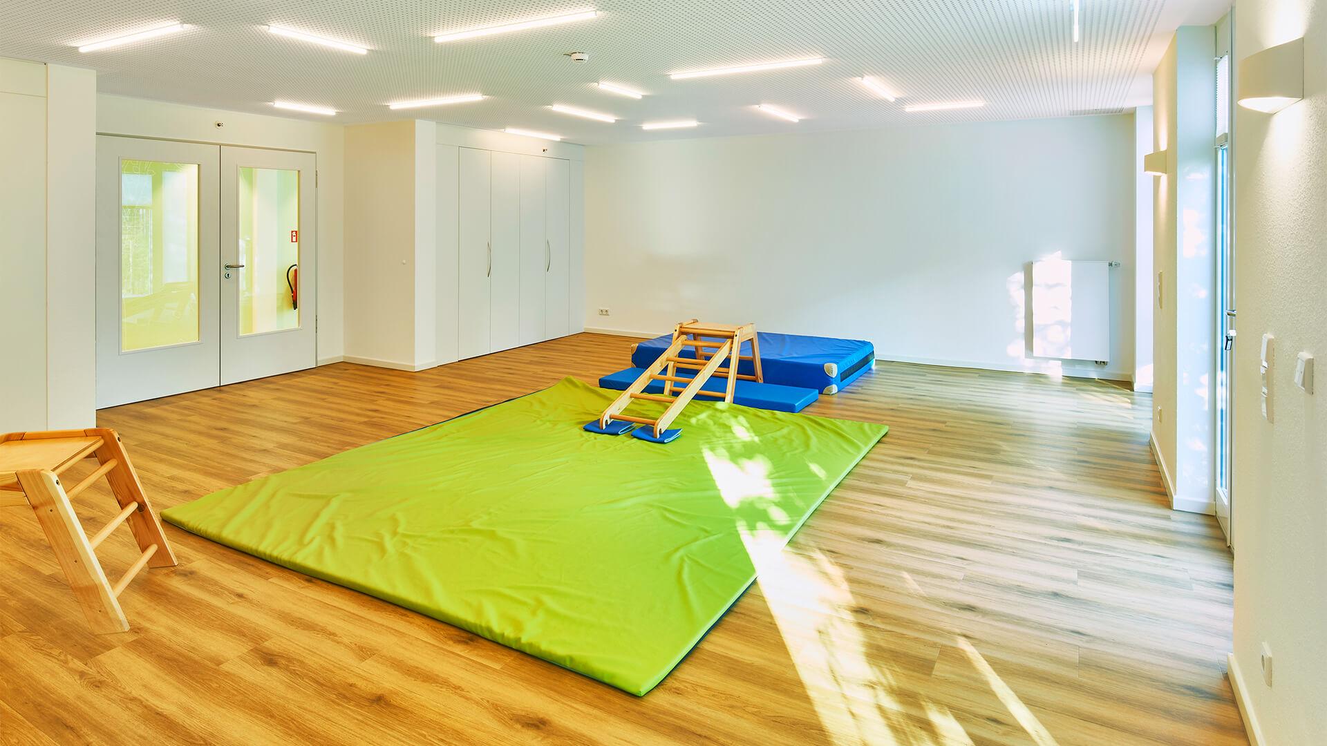 Turnhalle mit Bodenmatten und Klettermöglichkeit