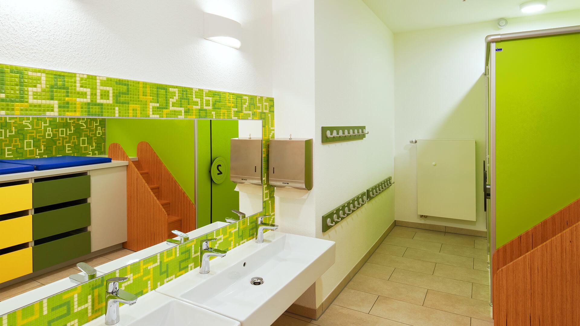 Waschraum der Kindertagesstätte, mit Zahlen als Wandfliesen