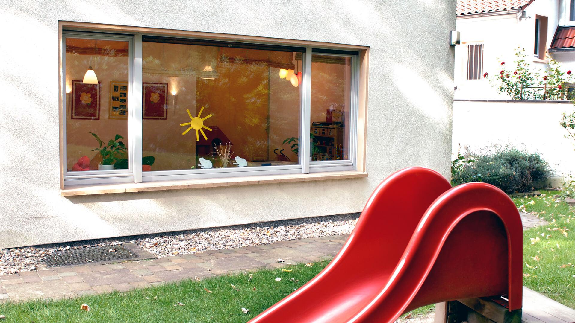 Außenanlage mit Rutsche und Blumen