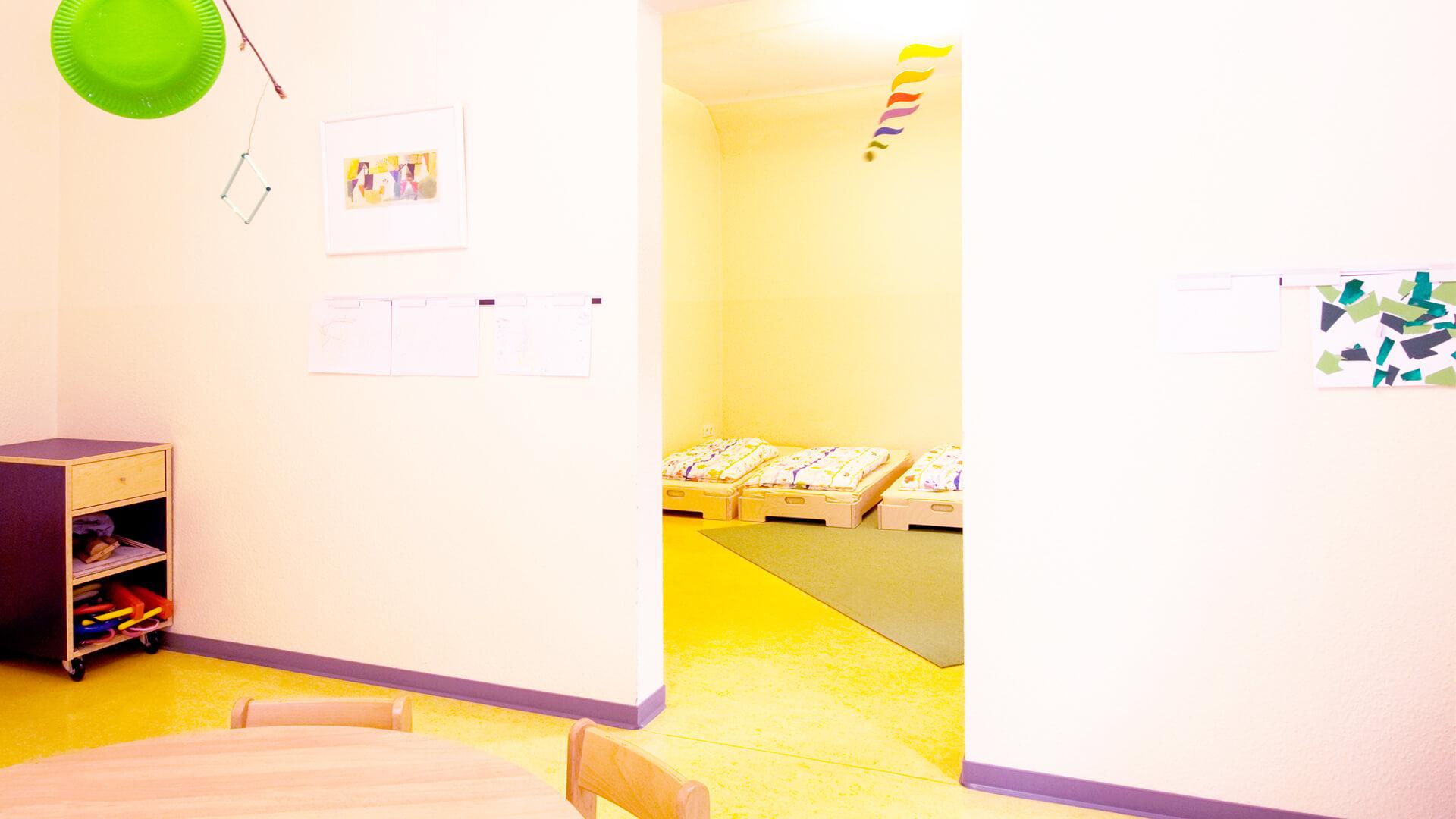 Schlafraum in der Kita Spatzennest mit bodennahen Betten