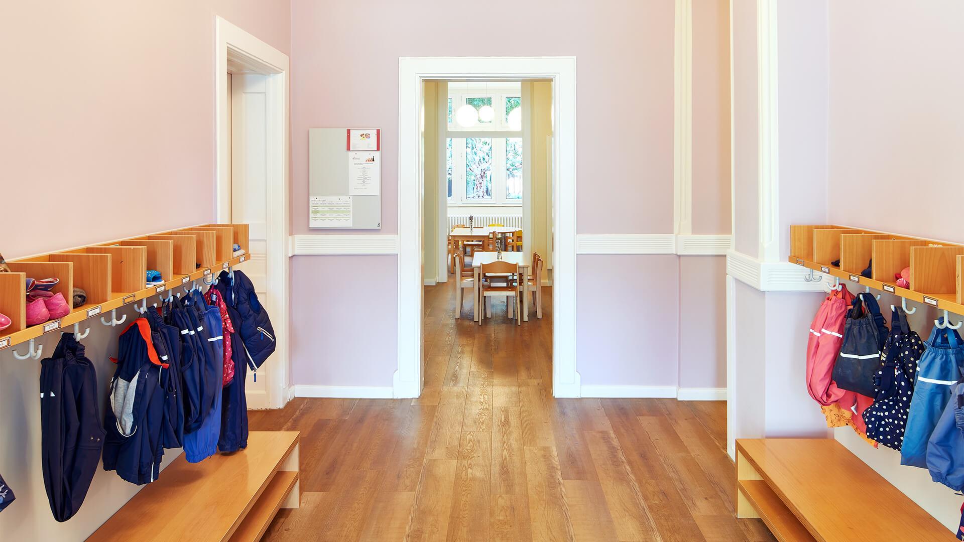 Freundlicher Eingangsbereich mit Jacken von vielen Kindern an den Wänden