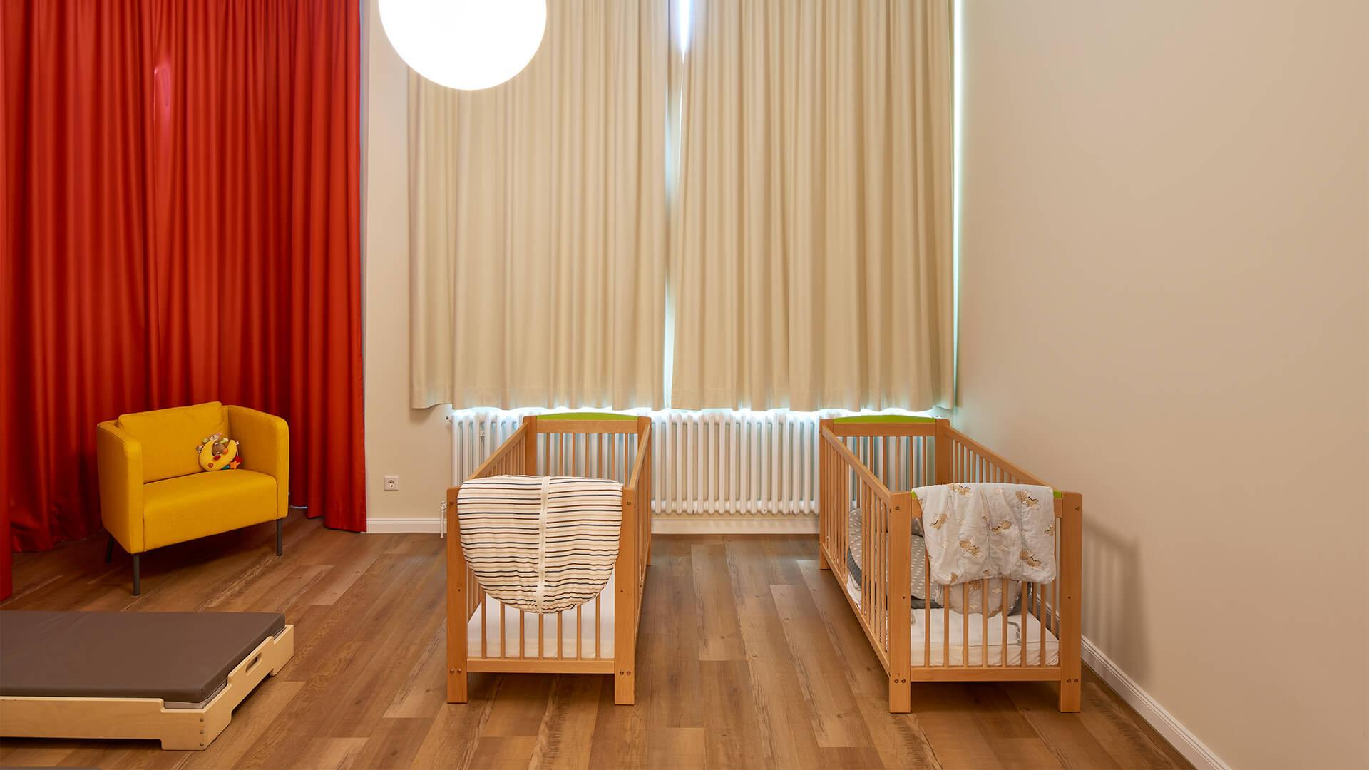Ruheraum der Kindertagesstätte, mit warmen Farben