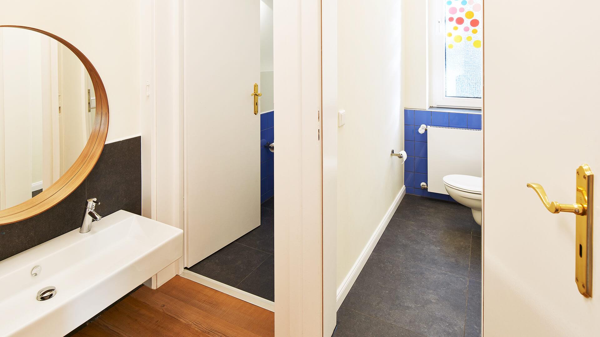 Saubere Toiletten und große Spiegel in den Waschräumen der Kita in Essen Bredeney