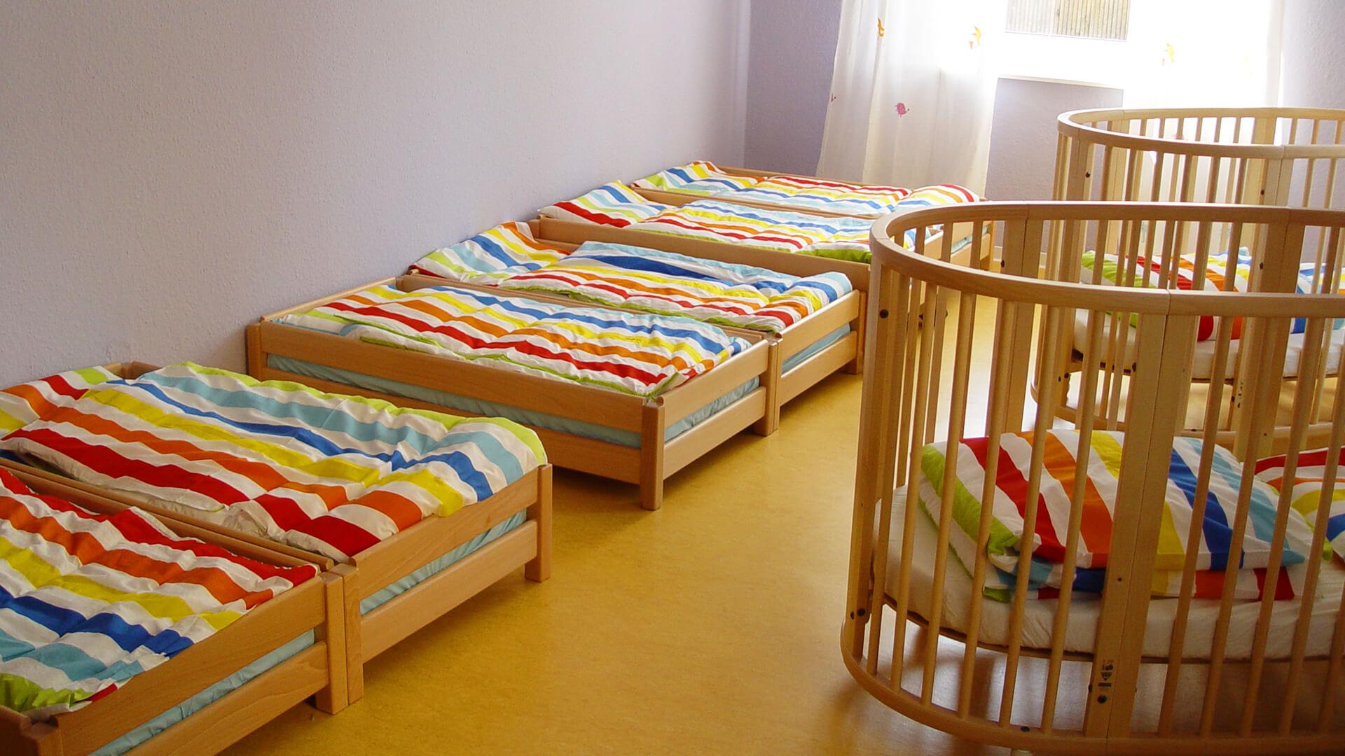 Ruhebereich mit Betten für kleine und große Kinder