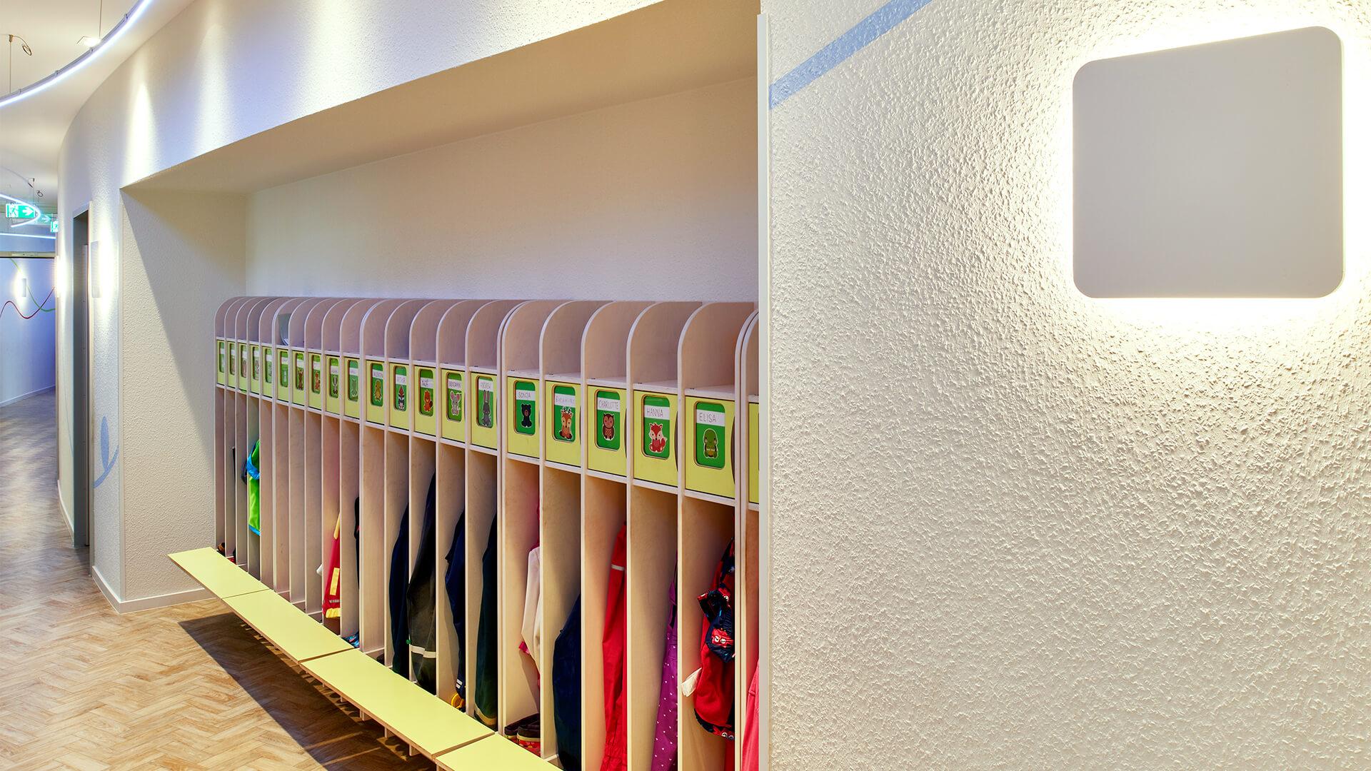 Ohne Ecken geht's auch: Organisch geschwungener Flurbereich der Kindertagesstätte