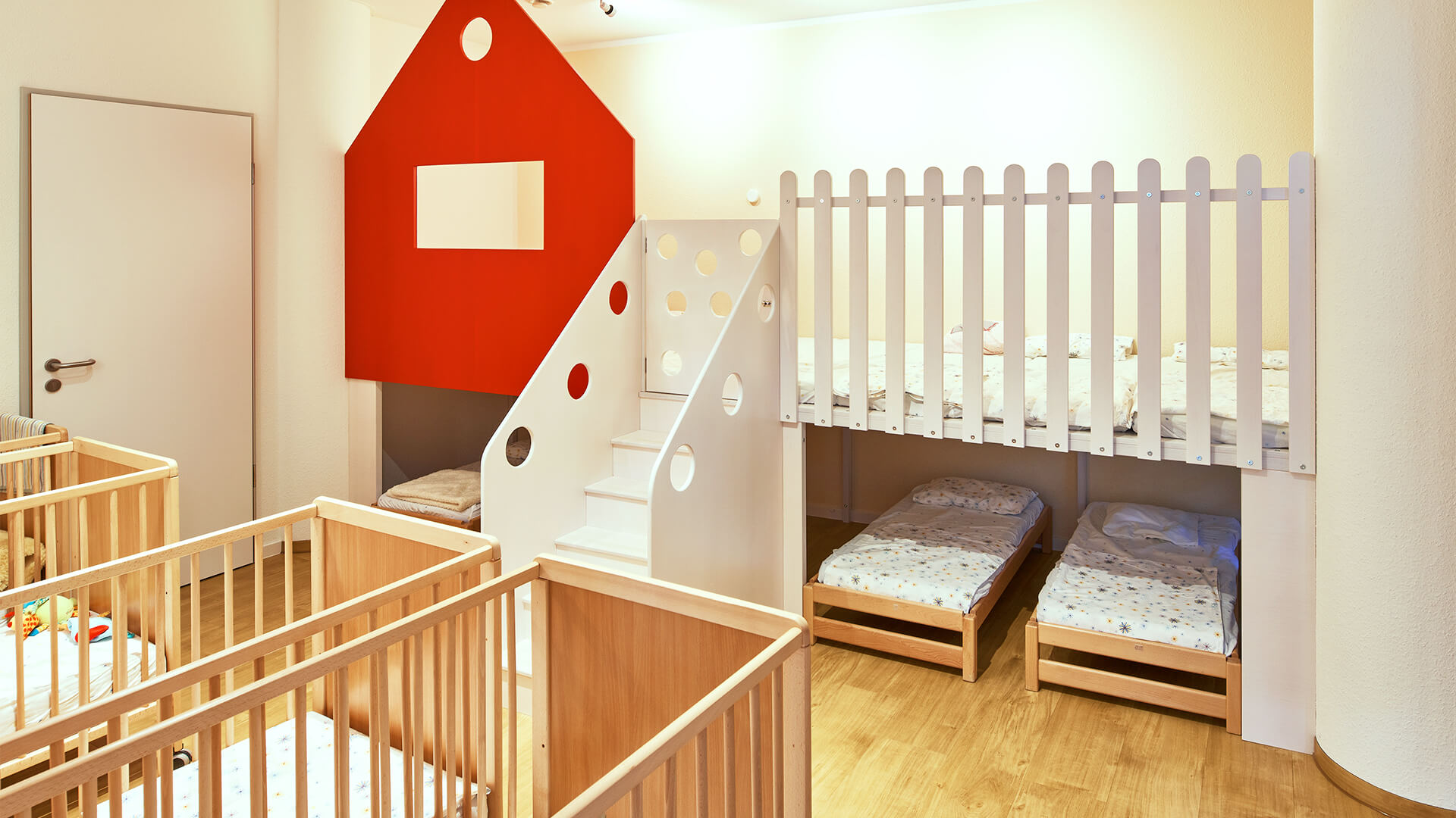 Ruheraum am Standort Düsseldorf mit Betten für kleine und große Kinder