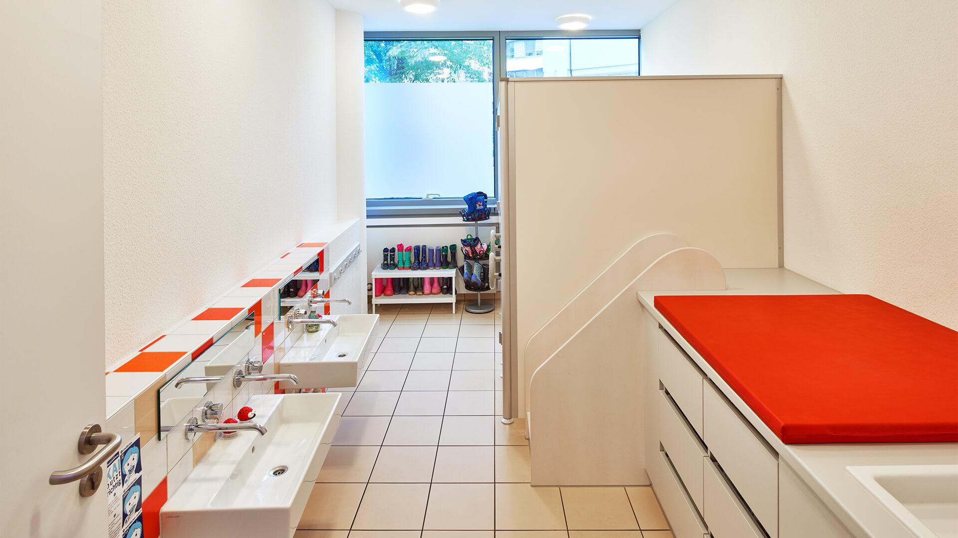 Waschraum der Kindertagesstätte, hier kann man gemeinsam das Zähneputzen üben