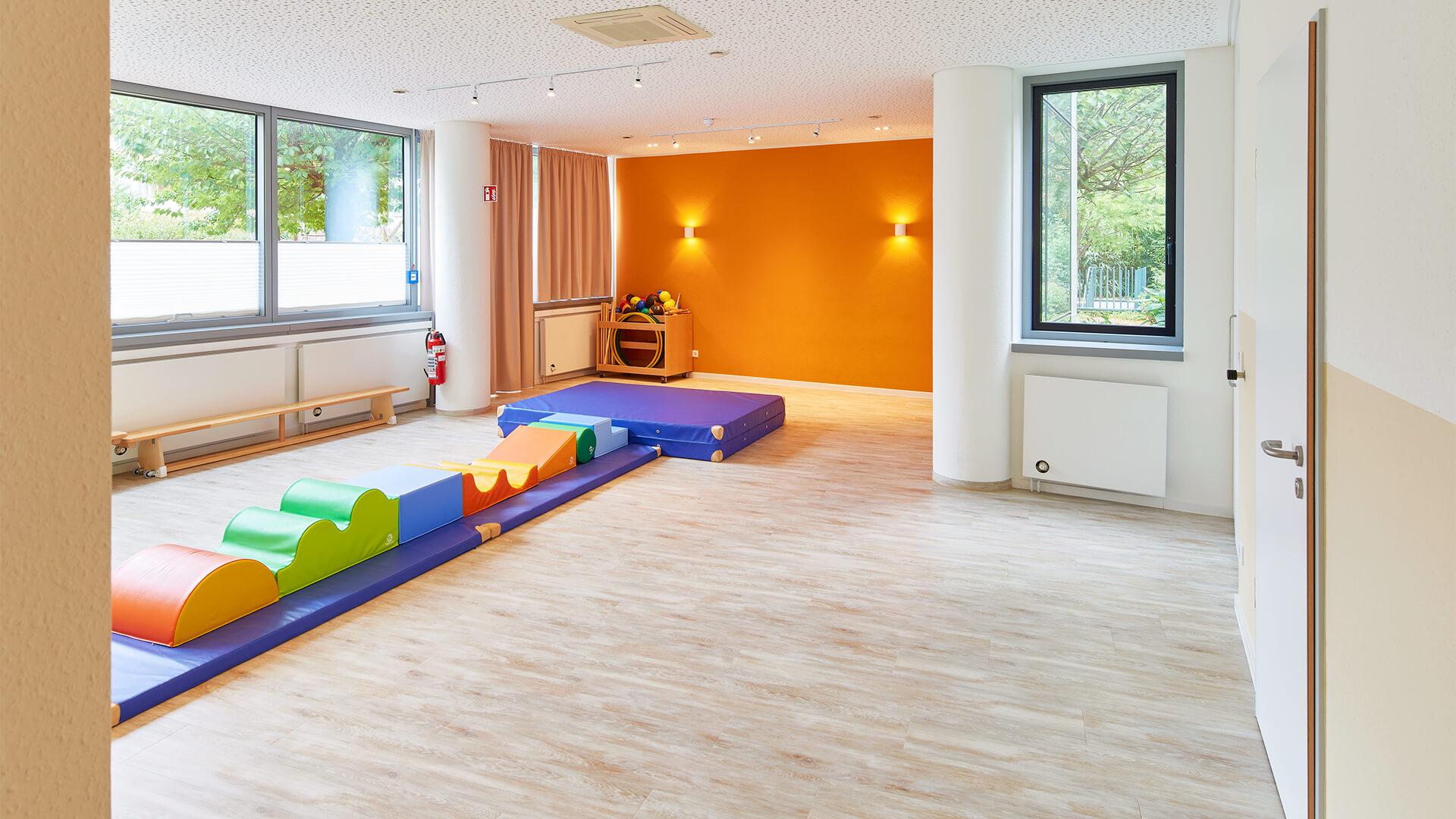Turnhalle der Kita in Düsseldorf mit dicken, weichen Bodenmatten zum austoben