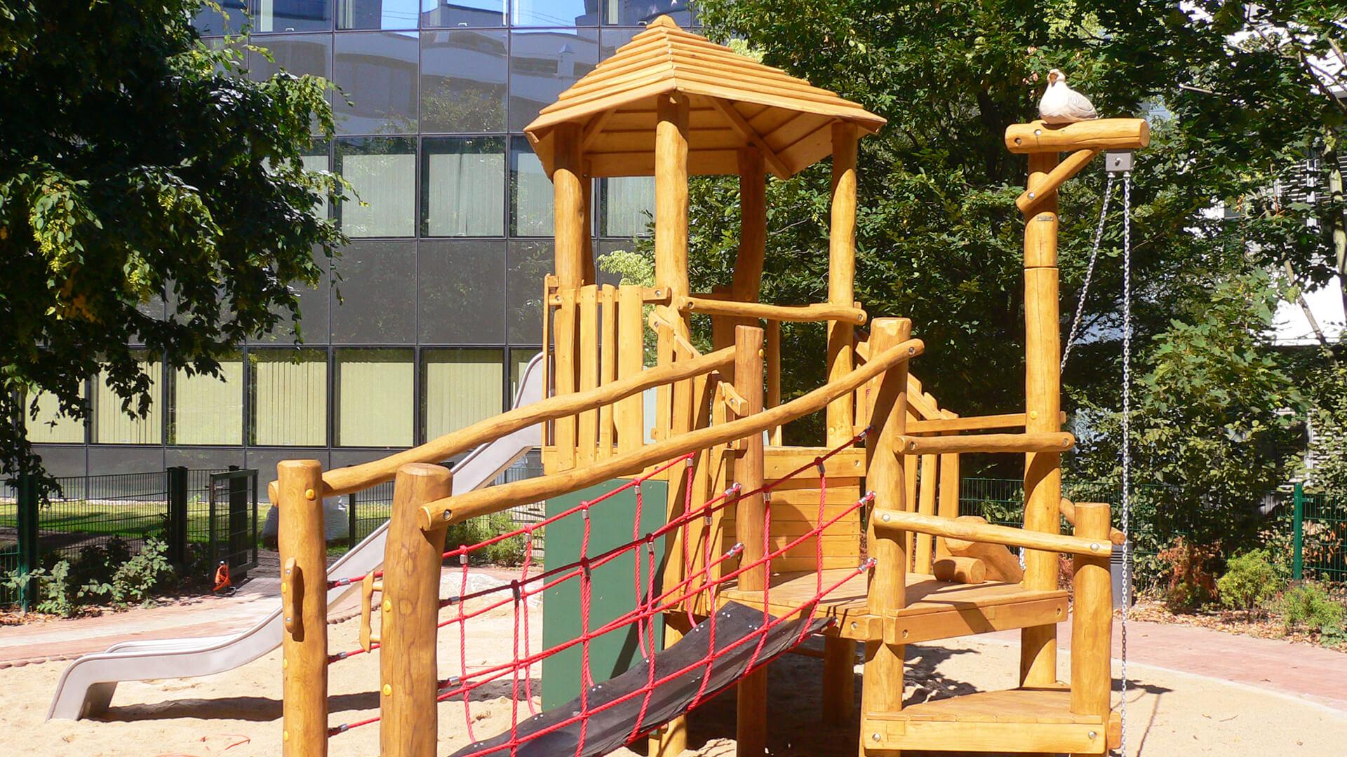 Spielplatz der Kita mit Klettergerüst und Rutsche