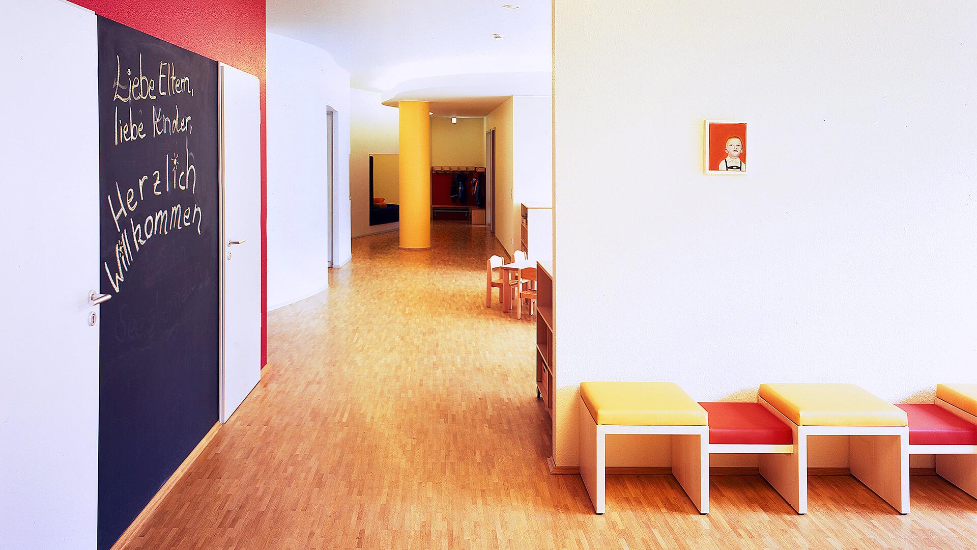 Eingangsbereich der Kita in Düsseldorf - Liebe Eltern, liebe Kinder: Herlich Willkommen!