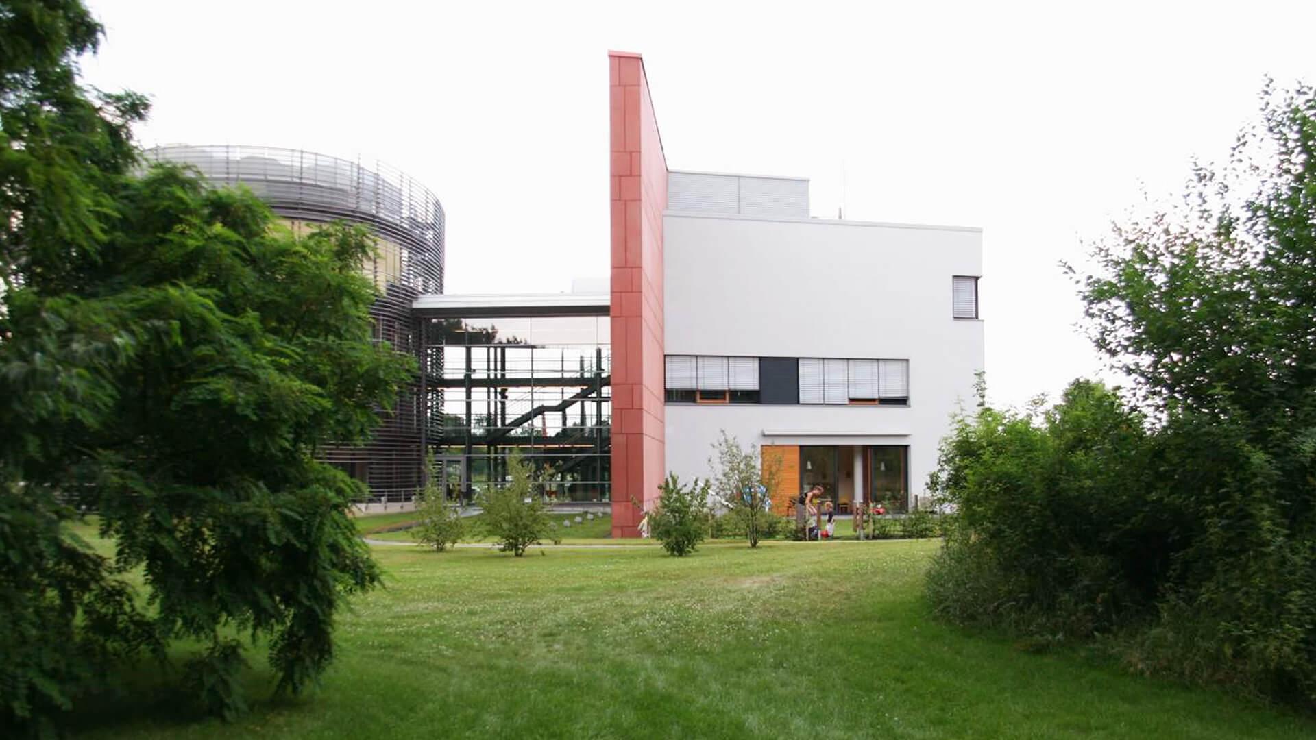 Weitläufige Wiese mit Bäumen - Diese moderne Betriebskita liegt im Grünen!