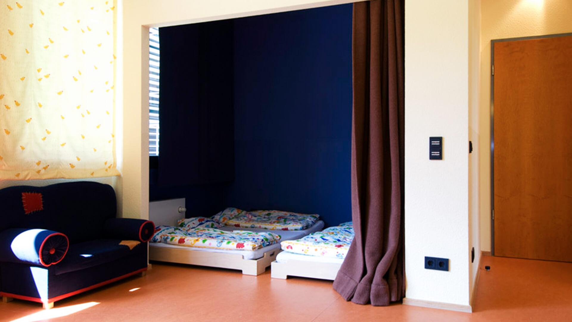 Ruheraum im Betriebskindergarten Köln, mit Couch und bodennahen Betten