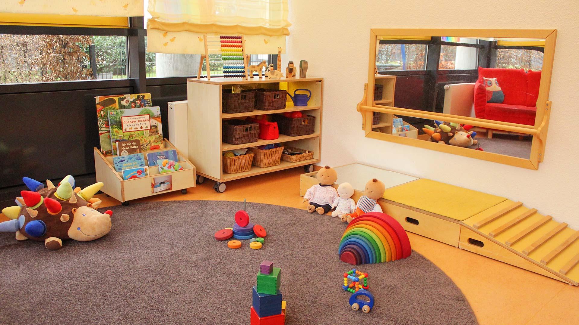 Spielbereich mit viel Spielzeug und Büchern zur Beschäftigung der Kinder