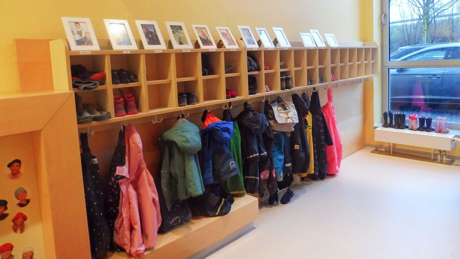 Garderobe der Kita an der die Jacken der Kinder hängen