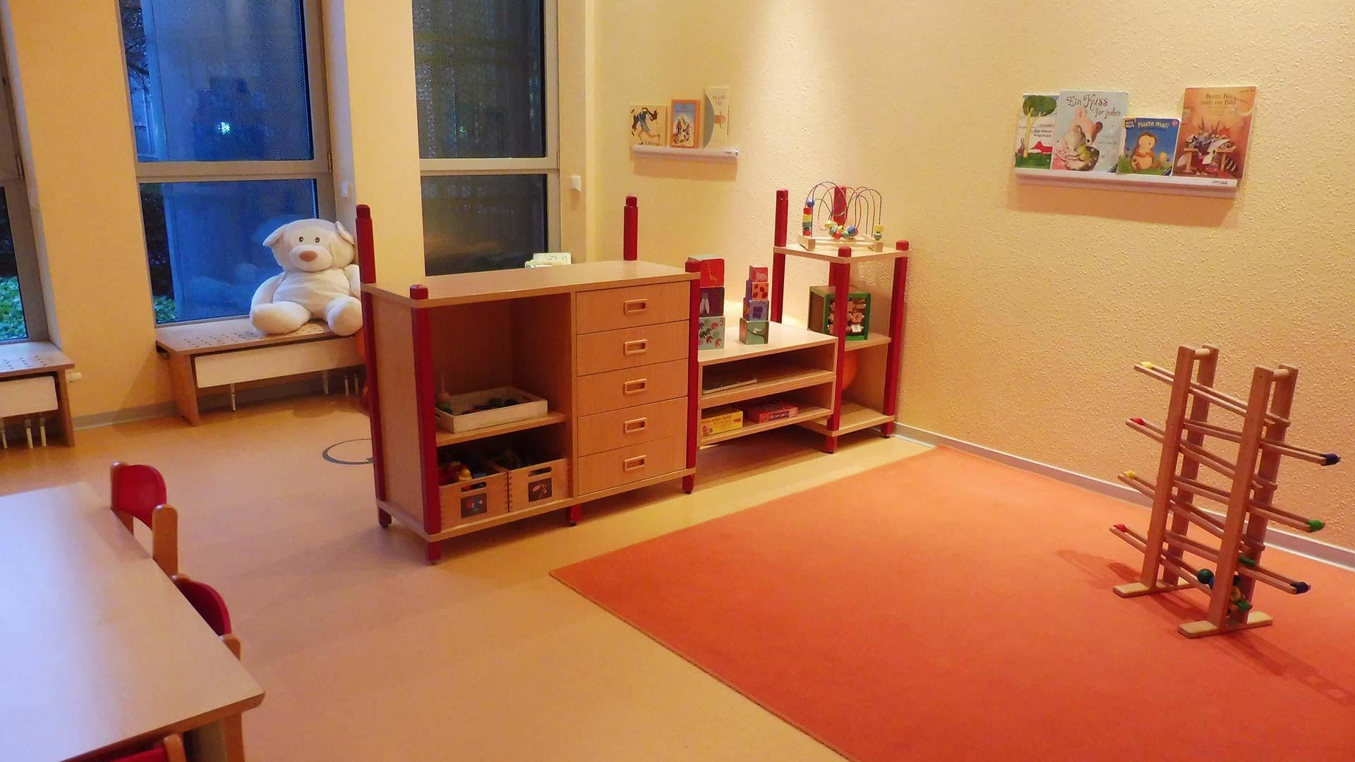 Spielzimmer der Kita mit kleinen Schränken und Regalen