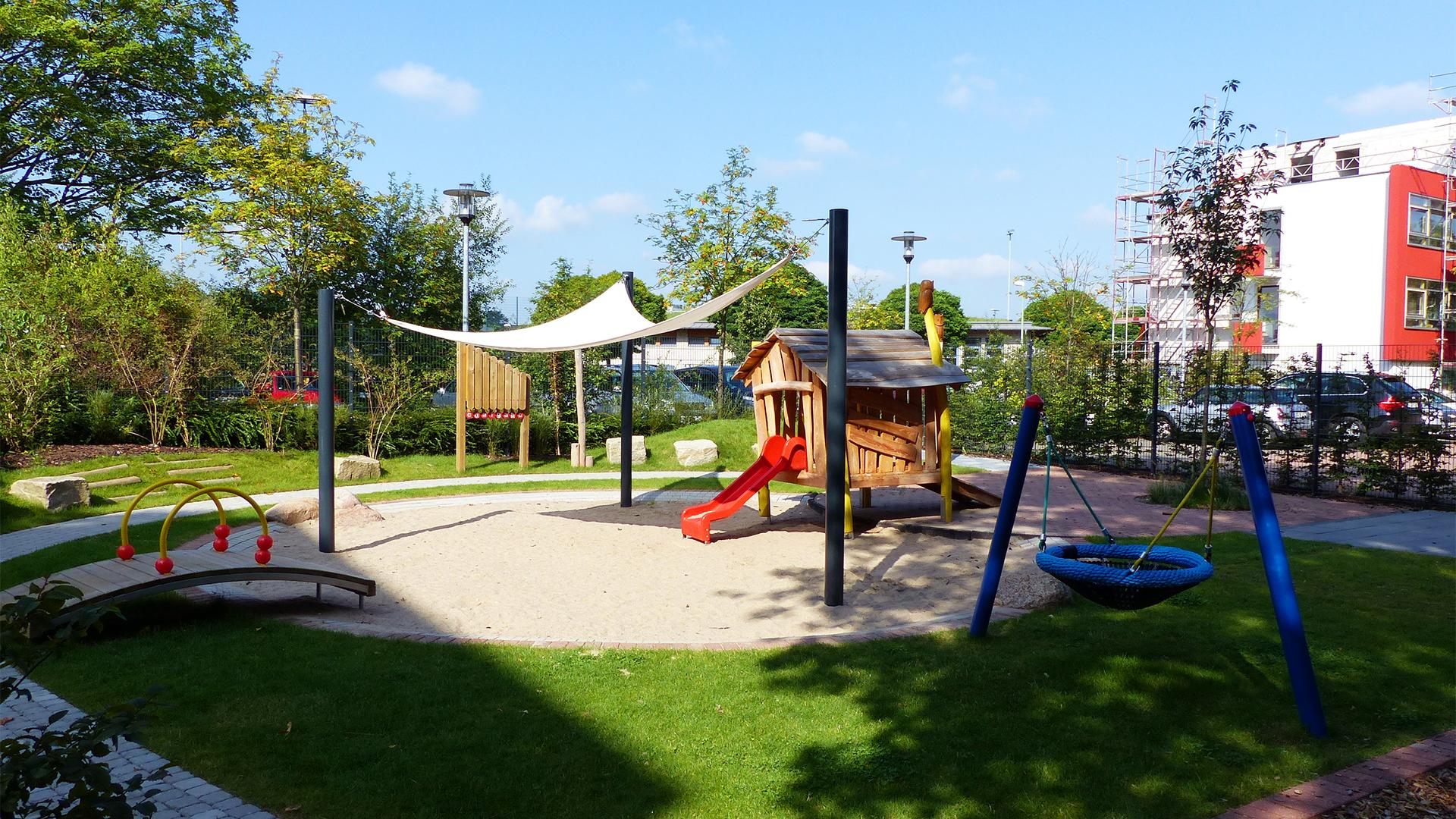 Spielplatz mit Sandkasten, Rutsche und Schaukel am Standort Essen-Rüttenscheid