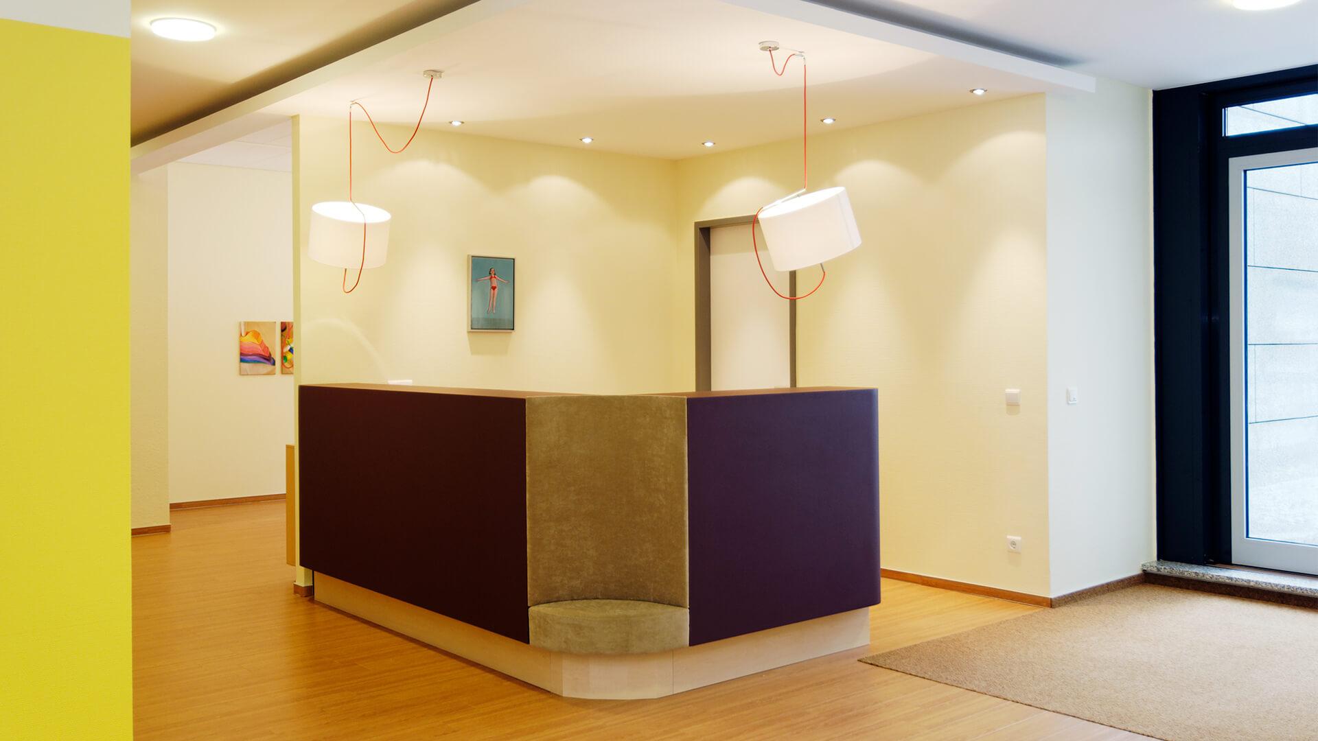 Empfang der Kita in Ratingen - flauschig-kreativ-modern in Lilatönen und mit Bildern an den Wänden