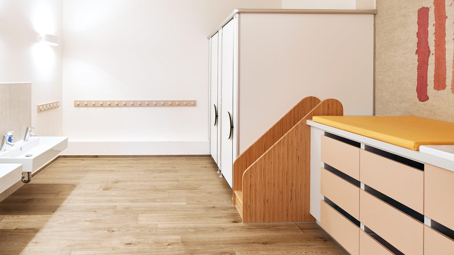 Saubere Toiletten, Wickeltische und moderne Handwaschbecken am Standort Ratingen – zum gemeinsamen waschen und Zähneputzen