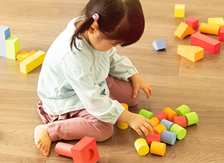 Bildungsräume Kind spielt mit Bausteinen