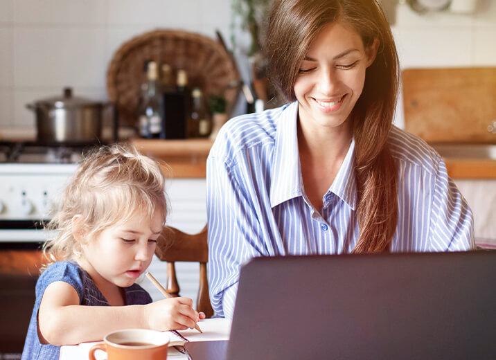 Card Familyteam services Mutter bei der Arbeit mit Kind