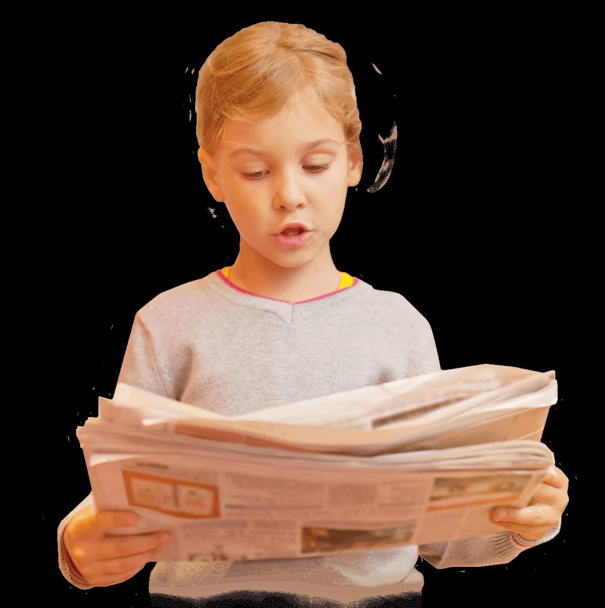 Aktuelles Kind mit Zeitung