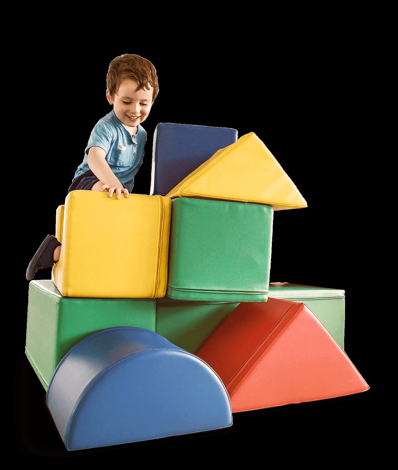 Junge auf Spielturm aus Schaumstoffklotzen