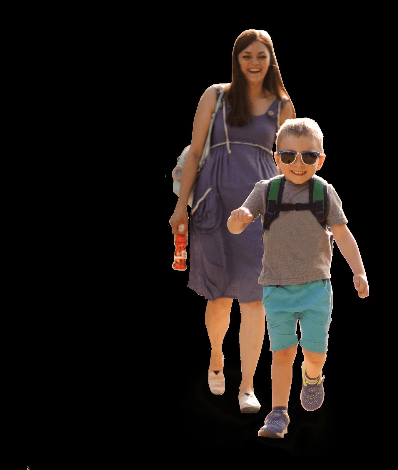 Fröhliches Kita-Kind auf Ausflug mit lachender Mutter bei Sonnenschein - Kita-Eingewöhnung kann so viel Spaß machen!