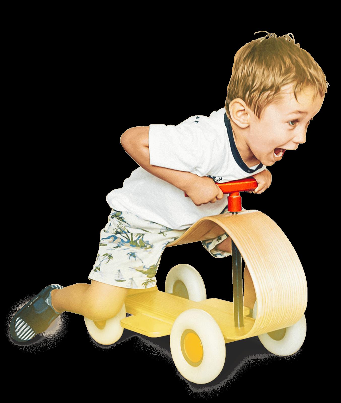 Kita Kind auf Holzroller