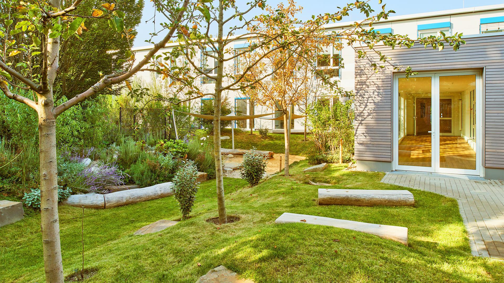 Toller, natürlicher Außenbereich mit Wiese, vielen Obstbäumen und Kräutergarten